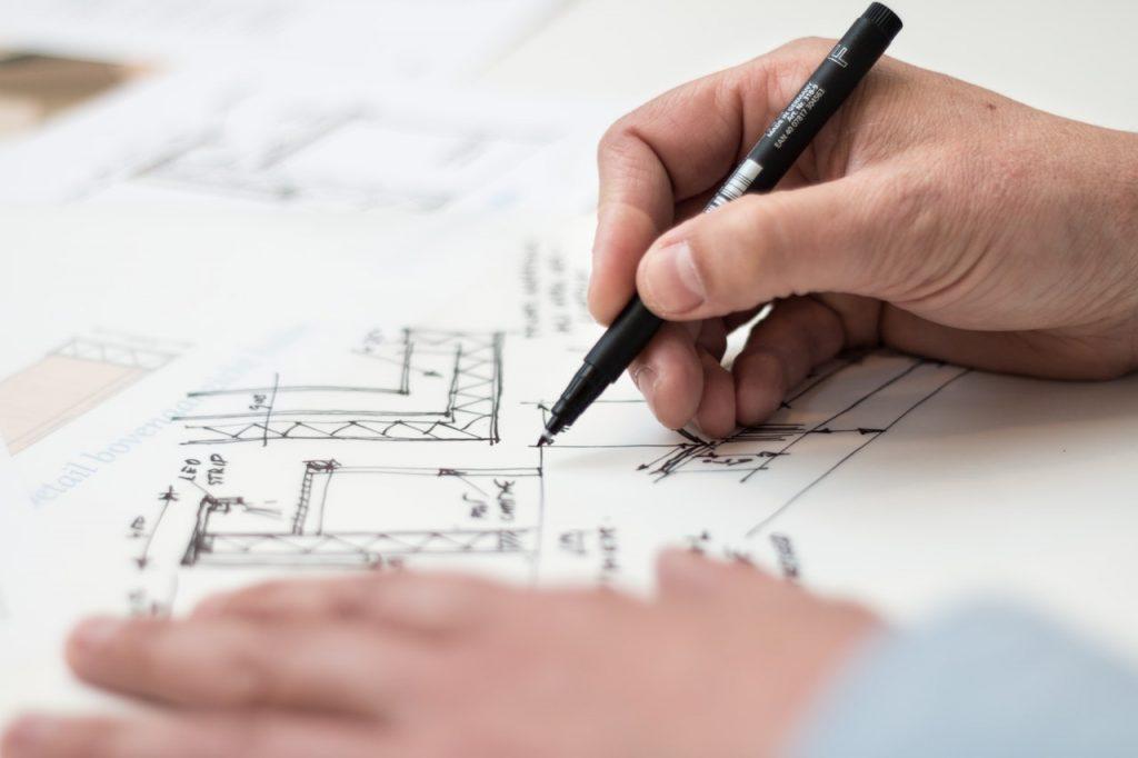 Architecte faisant des plans pour une maison