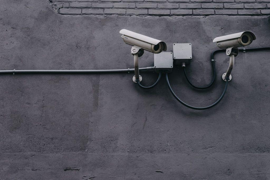 Caméra de surveillance fixé sur un mur