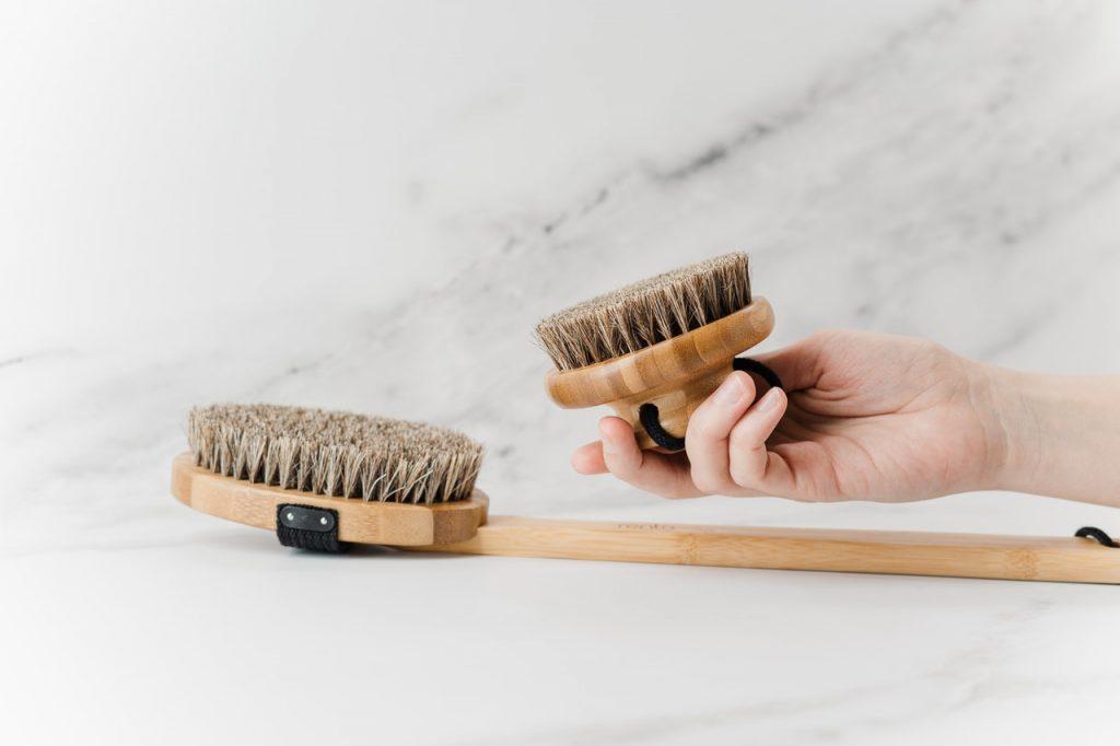 Deux brosses de nettoyage, avec et sans manche