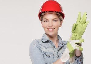 Femme souriante en tenu de chantier