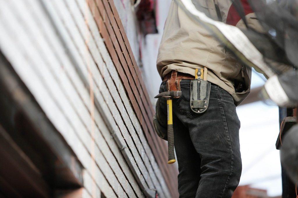 Homme sur un chantier avec outils à la ceinture