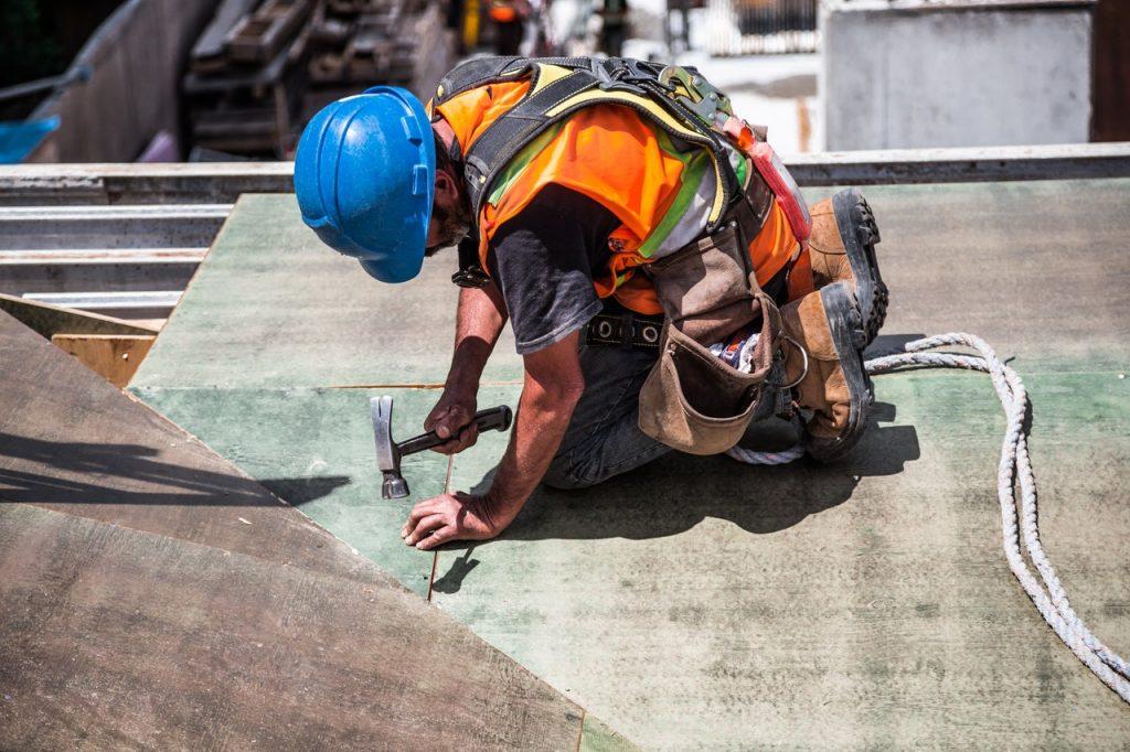 Homme travaillant sur une toiture