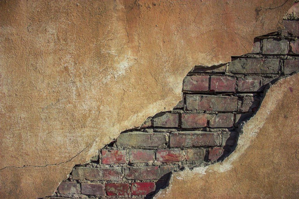 Mur en brique avec grosse fissure