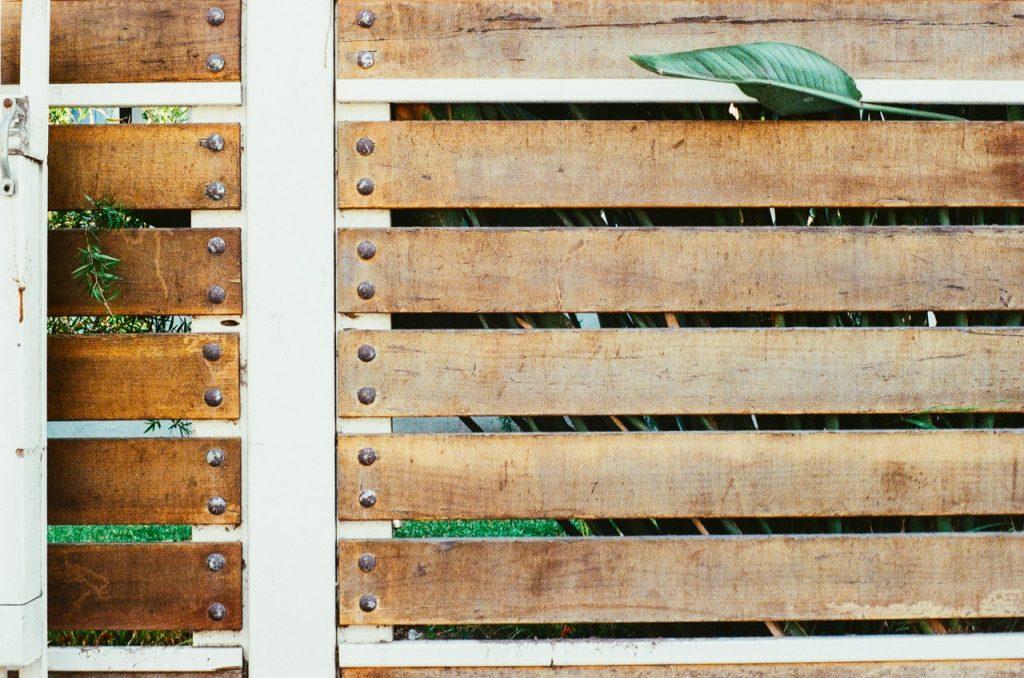 Portail sécurisé en bois
