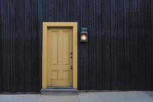 Porte d'entrée sécurisée sur mur noir