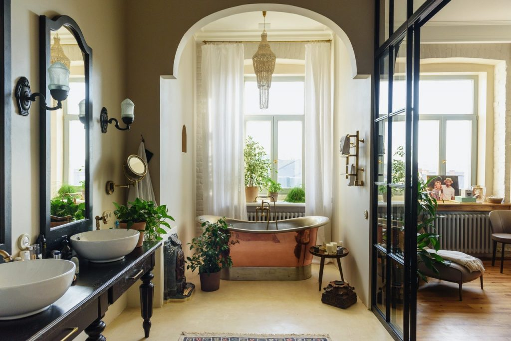Salle de bain ouverte avec baignoire en cuivre