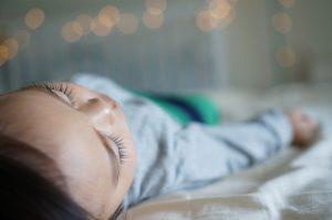 enfant qui dort dans sa chambre