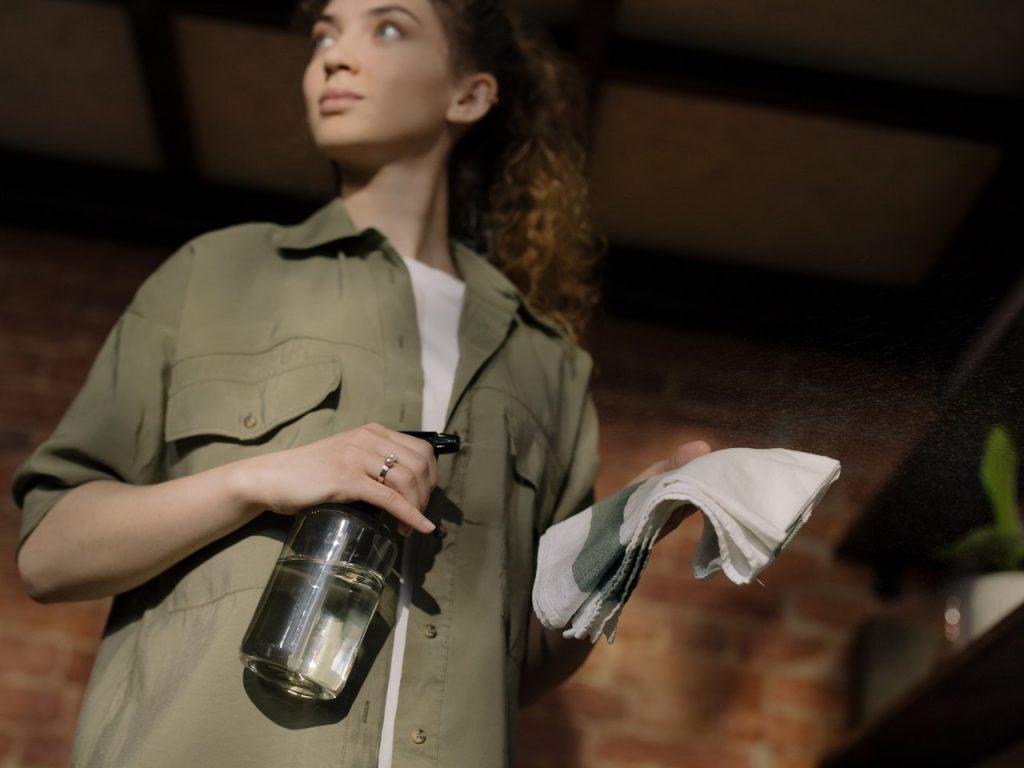 Femme faisant le ménage avec vinaigre blanc