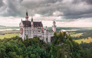 Château manoir percher au sommet d'une montagne