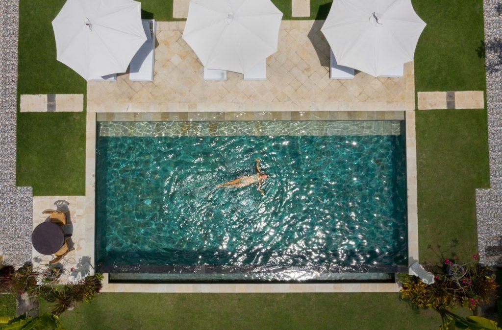 Grande piscine vue du ciel