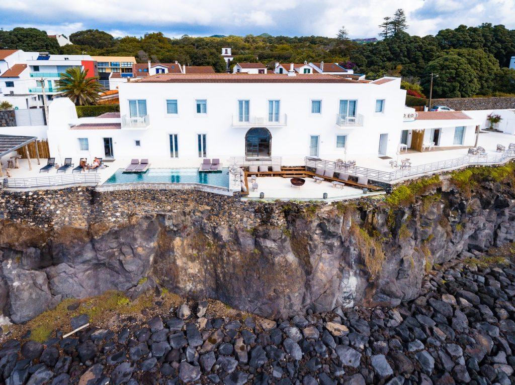 Grande villa blanche installée au bord d'une falaise