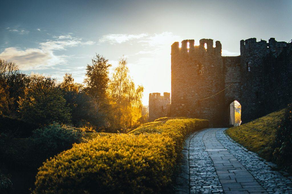 Tour de château féérique sous coucher de soleil