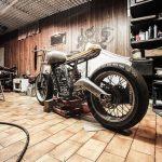moto dans un atelier lumineux