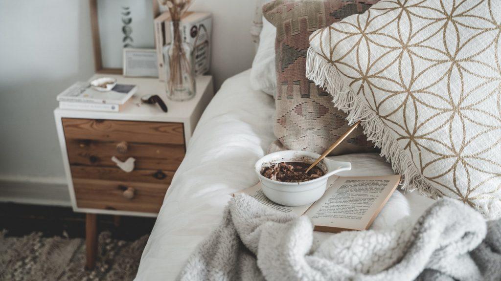 Chambre, plateau de petit déjeuner, décoration style scandinave