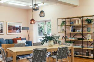 Salle à manger décorer avec un style scandinave et industriel