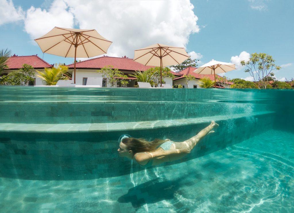 Femme nageant dans l'eau d'une piscine