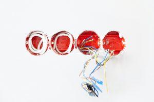 Installation prise électrique, fils bleu, fils rouge, fils vert