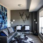 Salon coloré de gris, canapé, mur gris décoration