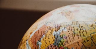 Globe terrestre coloré